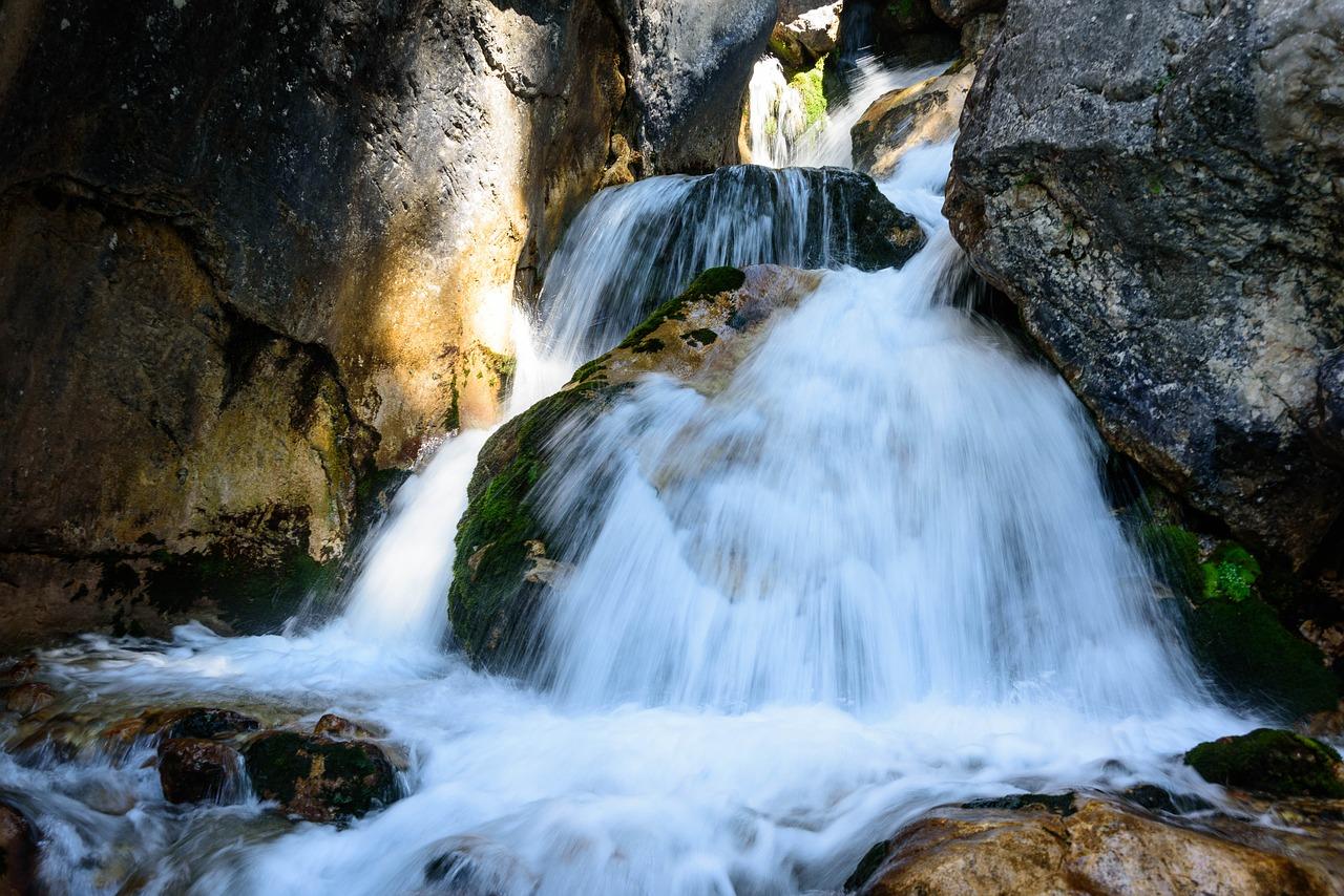 waterfall-2485562_1280.jpg